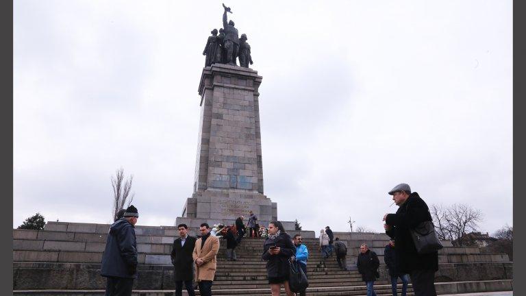 Според групата, съставена от политици, общественици и граждани, е крайно време Паметникът на съветската армия да бъде преместен от сегашното си място