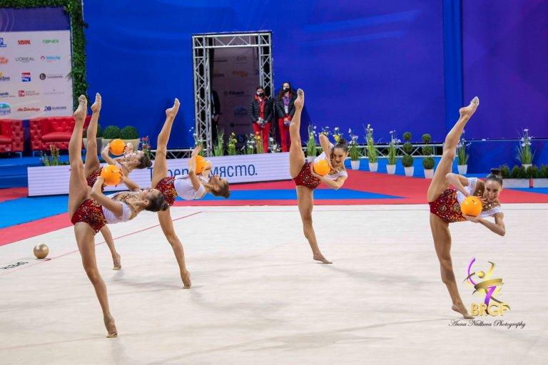 Родните грации в състав Симона Дянкова, Мадлен Радуканова, Лаура Траатс, Стефани Кирякова и Ерика Зафирова не оставиха съмнение в превъзходството си.
