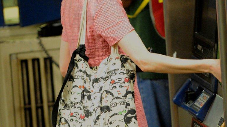 Ан Хатауей с къса коса и очила