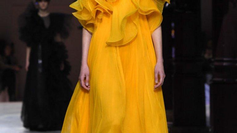 Шафран (Saffron)   Живият нюанс на оранжево-жълто придава смелост, екзотика и оптимистичен облик на облеклото.   Модел на Givenchy от колекцията висша мода пролет/лято 2020 г., част от Парижката седмица на модата през януари 2020 г.
