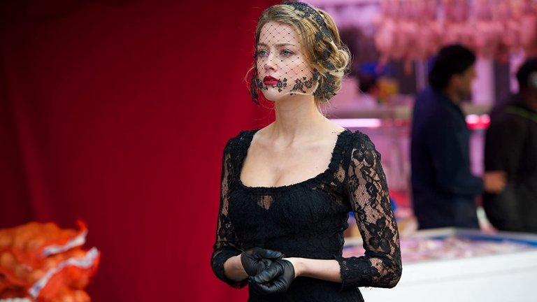 """Амбър не остава длъжна на създателите на """"London Fields"""" и отвръща на удара с удар. Тя завежда дело срещу продуцентите и режисьора Матю Кълън, че без нейно разрешение са използвали дубльорка, с която да заснемат голите сцени. Хърд твърди, че не е имала никаква представа, че в ролята ѝ ще се включва и еротичен подтекст и е била неприятно изненадана от крайния резултат. Да се зачуди човек не е ли прочела сценария, преди да подпише договора…"""