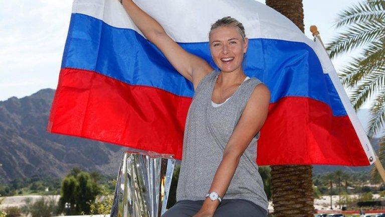 С трофея и руското знаме след победата на финала на Каролине Возняцки