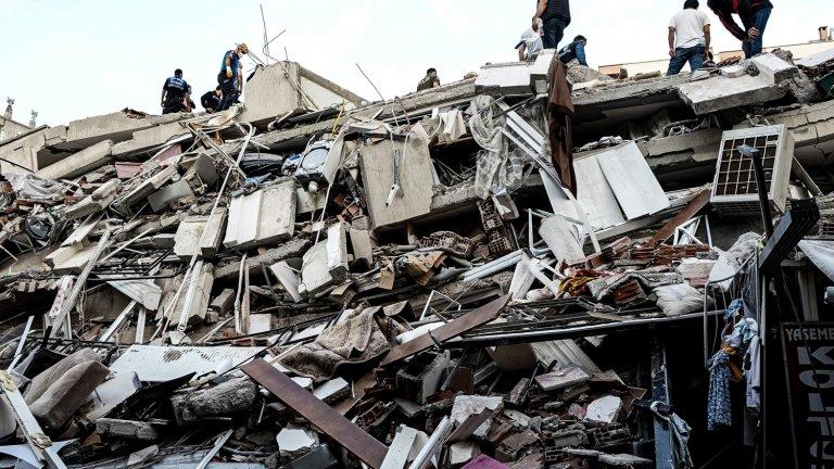Срутените сгради в едноименния град Измир, дом на 3 милиона души, са поне 20.