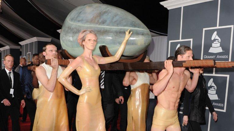 Пренасянето на Лейди Гага към сцената