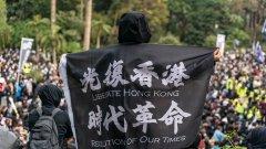 Според критиците така Китай нарушава обещанието си към Хонконг за свобода и известна автономност