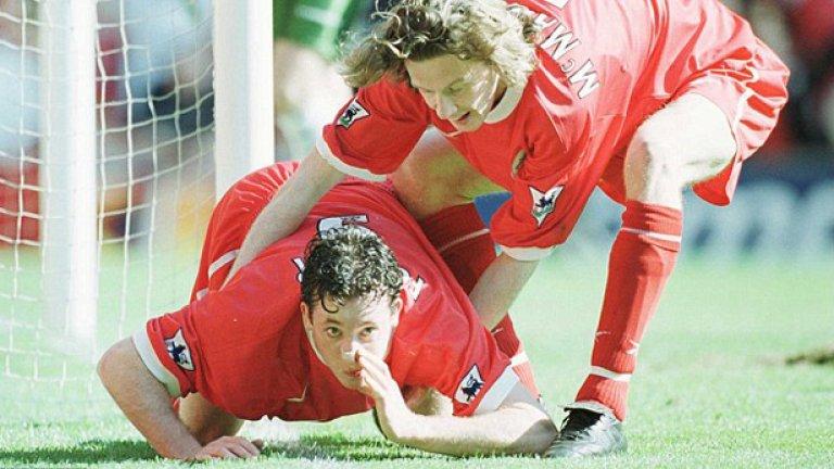 Април 1999 г. Роби Фаулър шмърка линията след поредния гол във вратата на Евертън, в отговор на обидни скандирания, че е наркоман.