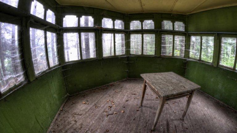 От сбирките, провеждани на завет в беседката до станцията на БНБ, днес е останала единствено старата дървена маса