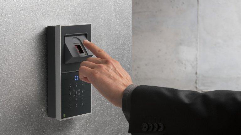 """Свят без паролиЩе забравим ли добрите стари """"1234"""" или """"0000""""? Най-вероятно не напълно, но през 2021 година се очакват няколко важни крачки към свят без пароли. Сензорите за пръстови отпечатъци стават все по-прецизни и се появяват във все повече устройства, а системите за лицево разпознаване и разпознаване на ретината ги следват по петите. Биометричните данни все по-уверено и на все повече места ще изместват паролите."""