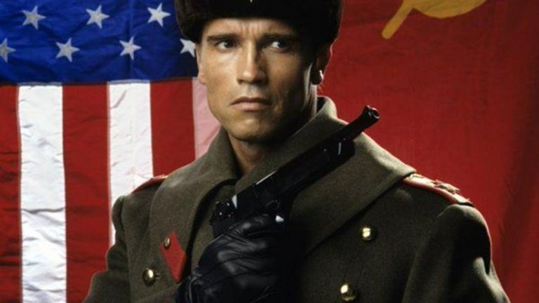 """""""Червена топлина"""" (Red Heat, 1988 г.)  Австриецът Арнолд Шварценегер играе руски полицай в американски """"buddy cop"""" екшън - или един от онези пъти, в които акцентът на Арни му свърши добра работа. Неговият герой - капитан Иван Данко, пристига в Чикаго, за да преследва грузински наркобос. Посрещнат е от американско ченге (Джим Белуши) и по стечение на обстоятелствата двамата трябва да обединят сили, за да спрат """"лошия"""" - Виктор Роста, пример за това какви безскрупулни злодеи ражда съветският режим."""