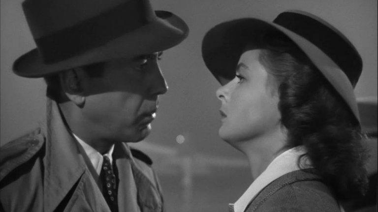 """Казабланка в """"Казабланка""""  Ако има град, който да се идентифицира напълно с героите си, то това е Казабланка от едноименния филм. Продукцията, режисирана от Майкъл Къртис, получава осем номинации за наградите """"Оскар"""" и печели три от тях - за най-добър филм, режисьор и сценарий. Главните роли във филма, проследяващ опустошителна любовна история на фона на борбата против нацистите, се изпълняват от Хъмфри Богарт и Ингрид Бергман."""
