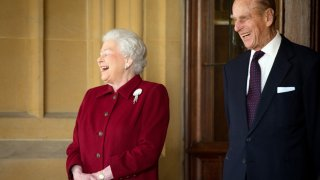 Роден с хапливо и безкомпромисно чувство за хумор, принц Филип обичаше да се надсмива най-вече над дипломатическия протокол и церемониалните превземки