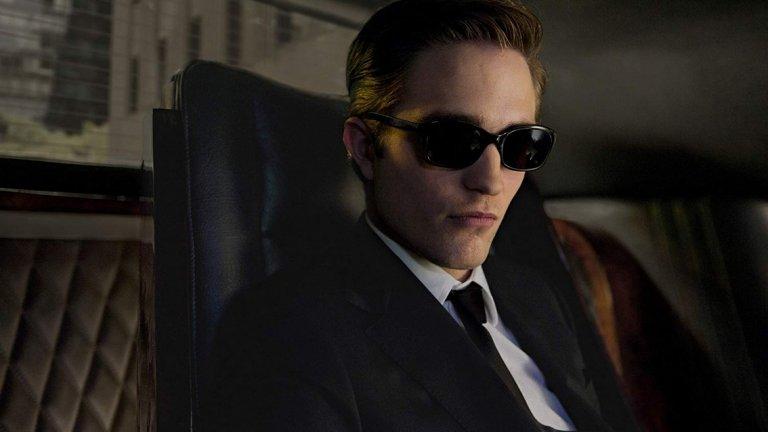"""The Batman    Премиера: юни 2021 г.   Очите на критиците и феновете са насочени към Робърт Патинсън, който ще има нелеката задача да надмине очакванията от Батман след превъплъщенията на Бен Афлек и Крисчън Бейл. Изборът на по-млад актьор не е случайно решение - създателите на новия филм подсказват само, че главният герой ще поеме в """"интересна посока"""" на базата на мотиви от комиксите, които """"досега не са били развивани""""."""
