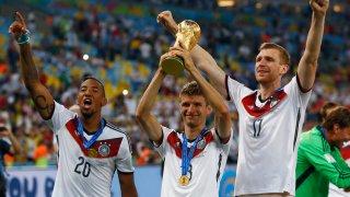 Боатенг и Мюлер ликуват със световната купа през 2014 г. Формата им за националния отбор обаче спадаше в следващите години, за да се стигне до провала на Мондиал 2018