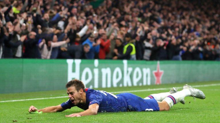 """В може би най-емоционалния момент от цялата вечер, Аспиликуета свали капитанската си лента и избухна в дива радост заедно с целия """"Стамфорд Бридж"""", защото си мислеше, че е вкарал пети гол за Челси срещу Аякс. Попадението обаче беше отменено с намеса на ВАР заради игра с ръка на Ейбрахам преди головия удар на капитана"""