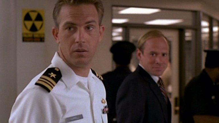 """""""Без изход"""" (No Way Out, 1987 г.)  Политическият трилър залага на шпионския елемент и надцакването между КГБ и ЦРУ. Лейтанантът от Военноморските сили на САЩ Том Фаръл (Кевин Костнър) неуспешно се опитва да бъде прехвърлен в Пентагона, но за сметка на това успешно се сдобива с красива любовница. Проблем се оказва това, че тя всъщност вече има връзка с неговия нов началник. Този любовен триъгълник се заплита още повече около издирването на таен агент на КГБ, който предполагаемо се опитва да се добере до американски тайни. И дори само заради обратите в него, """"Без изход"""" е добра идея за първо или повторно гледане."""