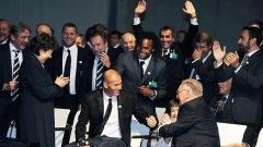 Френската делегация празнува спечелването на домакинството на Евро 2016. На преден план са президентът на федерация Жан-Пиер Ескалет (вдясно) и посланикът на кандидатурата Зинедин Зидан. Зад него е съотборникът му от най-успешния национален отбор на Франция Кристиан Карембьо.