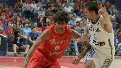 Рики Рубио (с червения екип)ще трябва да поведе националния отбор на Испания към още един успех