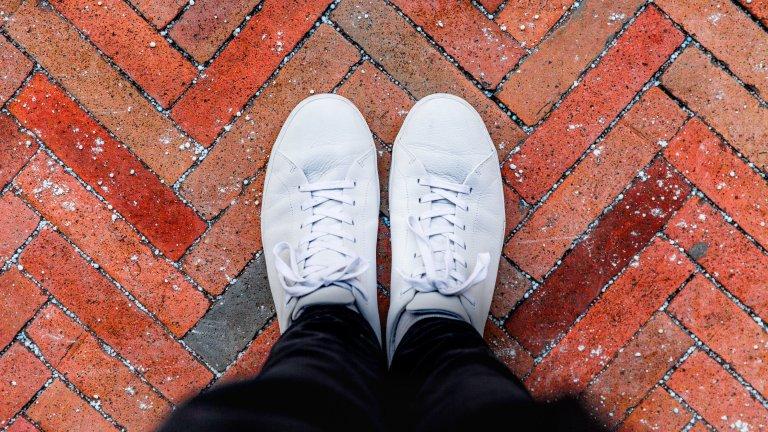 Бели кецове   Нека си го признаем - понякога градските улици не са най-прекрасното място за сандали с тънки каишки и ниска подметка. Затова и белите кецове са евъргрийн през лятото - защото искаме хем да ни е удобно, хем да изглеждаме леко небрежно и грънч. А и знаем, че когато дойдат есенните дъждове, белите ни маратонки или кецове ще бъдат заточени в шкафа.