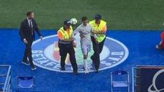 Фалшивият Роналдо прекара кратко време на терена, но успя да се докосне до идола си