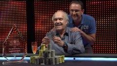 Щастливият Дейвид Гор се приготвя да позира с всички чипове от турнира и с трофея на победител