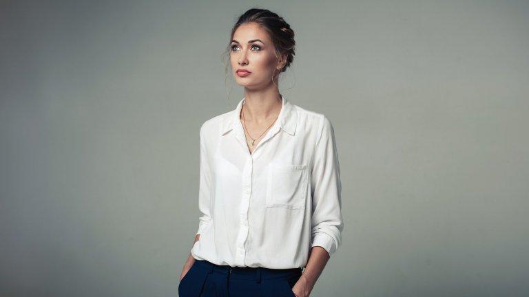 Качествена бяла ризаСтрува си да инвестирате в поне една хубава снежнобяла риза с по-свободна кройка. С такава позира Кели на няколко свои портрета и дрехата си остава класика и до днес. Подходяща е както за дрескода в офиса, така и в комбинация с дънки и кецове за уикенда.