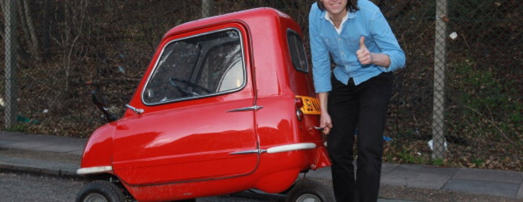 """Peel P50Това буквално е най-малкият автомобил, произвеждан някога. Идеята му е да събира един човек и една пълна пазарска чанта, нищо повече. И ако си мислите, че тази кола, произведена през 1960 г., би струвала колкото пакетче """"Зрънчо"""" – в грешка сте. Peel P50 е бутикова находка и последната съществуваща бройка от нея е закупена за 176 хил. долара на аукцион в """"Сотбис""""."""