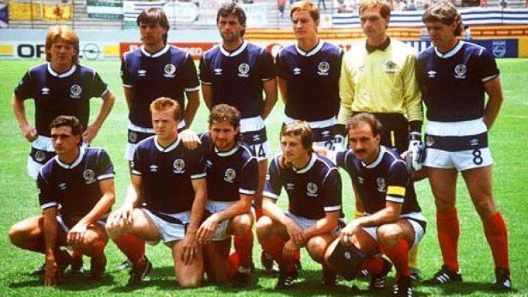 7. Шотландия (1986)  Ако се питате защо дизайнерите не прибягват до хоризонтална линия през гащетата, когато замислят футболните екипи - ето ви отговора. В този твърде нелеп вид шотландците отпаднаха в груповата фаза през 1986 г., въпреки че бяха водени от сър Алекс Фъргюсън и имаха добър отбор, с какъвто не могат да се похвалят оттогава насам.