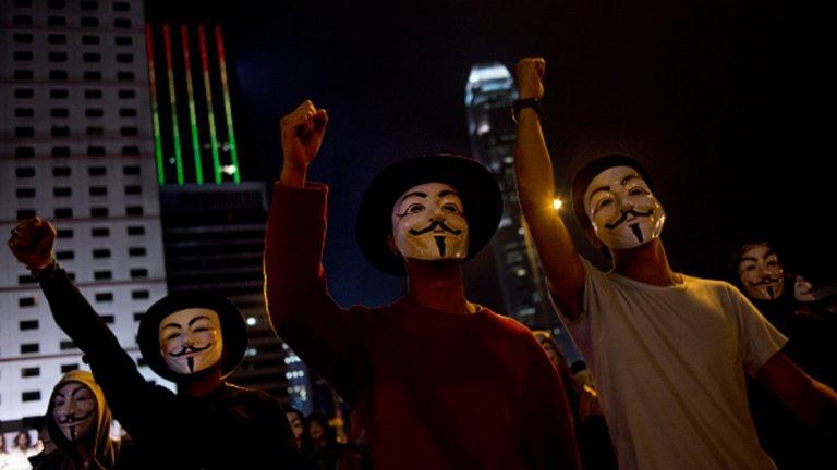 Какво искат и какво следва? Демократичните протестиращи първоначално призоваха законопроектът да бъде изтеглен напълно. Но от началото на протестите се появиха и други искания, насочени към повече демокрация и намаляване на влиянието на Китай върху Хонконг. Те само се задълбочават на фона на това, че видни лица от протестите не биват допускани до избори като кандидати.