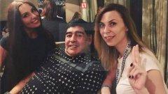 Диего Марадона в компанията на Екатерина Надолская (вляво) и друга жена