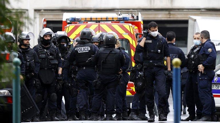 Нападателят е убит на място, а пострадалите полицаи са в болница, но без опасност за живота