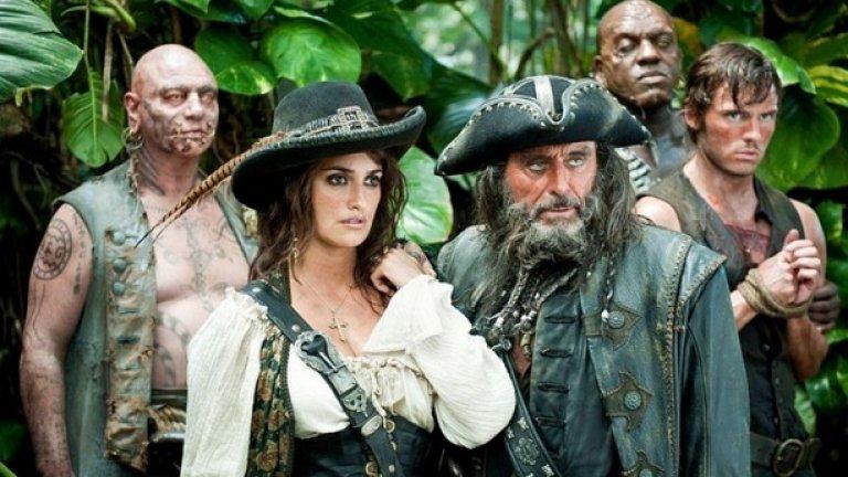"""4. """"Карибски пирати: В непознати води"""" С приходи от милиард и 45 милиона долара от продадени билети в целия свят, четвъртият филм от приключенската поредица за ексцентричния пират Джак Спароу е най-кухият и тромав опит да се капитализира върху вече изграден бранд.  Джони Деп се опитва да поддържа своя персонаж свеж и интересен за публиката, но поп кръстоската между Кийт Ричардс, Хънтър Томпъсн и Дрексъл вече се усеща крайно изтощителна."""