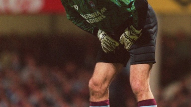 """Вратар: Лудек Миклошко Роден в Чехословакия, Миклошко пристига на """"Ъптън парк"""" за 300 000 паунда и бързо се превръща в любимец на феновете. В последния ден на сезон 1994/95 прекрасно негово представяне в последния ден от сезона съкруши мечтите на """"червените дяволи"""" за титла. """"Чуковете"""" си тръгнаха с точка след 1:1 на """"Олд Трафорд"""" и позволиха на Блекбърн да завоюва първата си титла във Висшата лига от повече от 80 години."""