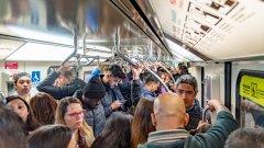 Стоенето вкъщи заради мерките срещу коронавируса поне ни спестяват някои неприятни моменти от обичайното ни ежедневие - като претъпканото метро. И не само....