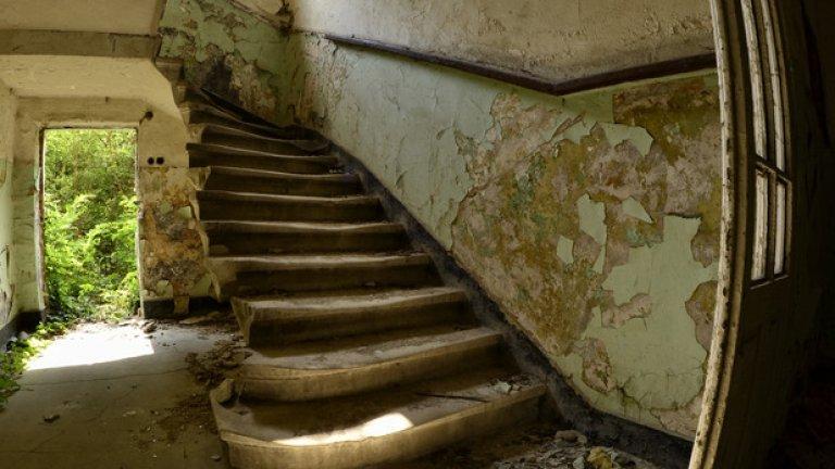 Малко след централния вход започват стъпалата, отвеждащи към горните етажи. Днес те са изпочупени, а използването им крие рискове за здравето