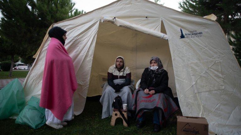 Жители на Измир бяха настанени в палатки, тъй като трусът ги остави без домове.