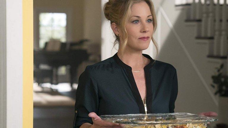 """Dead to Me (Netflix)  Черната комедия на Лиз Фелдман върна в играта Кристина Апългейт, която мнозина помним като Кели от """"Женени с деца"""". Епизодите проследяват едно необичайно приятелство - това между героинята на Апългейт и Линда Карделини. Двете се запознават, докато се борят с тежка загуба - тема, която сериалът разглежда съвсем сериозно въпреки комичните елементи. Ролята на Апългейт й донесе номинация за най-добра актриса в комедиен сериал на тазгодишните награди """"Еми""""."""