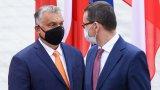 Изходи все още има, но те отнемат време, с което страните не разполагат.    На снимката: Виктор Орбан (л) и Матеуш Моравецки.