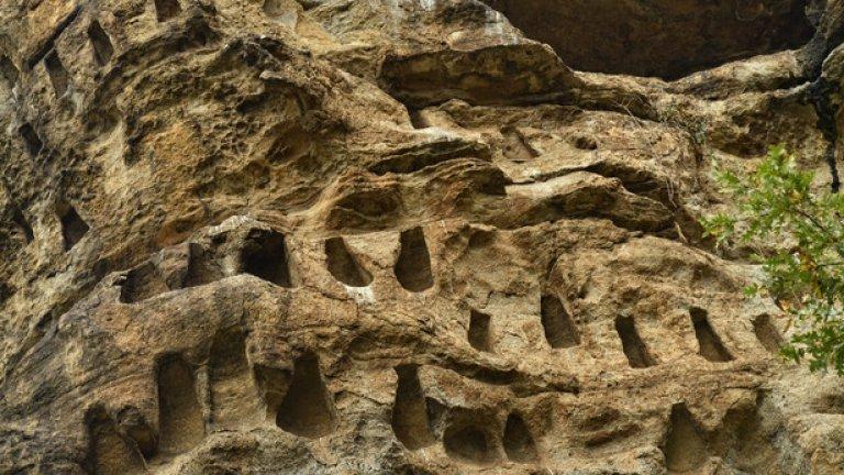 Този тип трапецовидни скални ниши е характерен за региона на Източните Родопи. Такива могат да бъдат видени край Татул, Перперек и другите средища на тракийската цивилизация