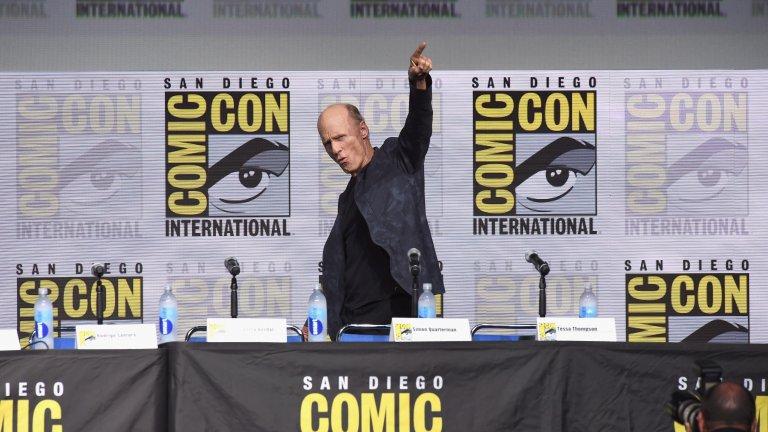"""Харис може да се подготви за роля едва за няколко денаКогато Харис казва """"Да"""" за ролята на Кристоф – богът на риалити телевизията в """"Шоуто на Труман"""" – той има едва няколко дена да се подготви за ролята. Актьорът подписва договора, а снимките започват три дена след това. Още с първите кадри режисьорът Питър Уиър осъзнава, че рискът си е струвал."""