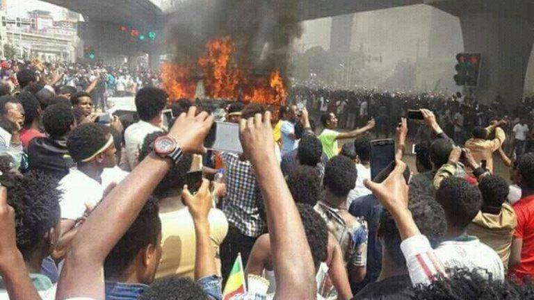 Какво ще се случи? Сблъсъците между протестиращите вече доведоха до смъртта на над 20 души. По принцип Абий Ахмед Али е обещал провеждането на първи демократични избори, но с тези протести това не е ясно дали тези планове ще продължат.