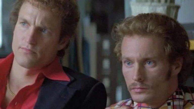"""Брет Харелсън Семейството на Уди Харелсън не е безизвестно. Бащата на Уди, Чарлс Войд Харелсън, е бил наемен убиец, който умира зад решетките, след като получава доживотна присъда. Това, което не е толкова известно, е фактът, че  """"истинският детектив"""" има брат. Той се казва Брет Харелсън и също е актьор. След опитите си да пробие в киното обаче, които не се увенчават с особен успех, Брет става мотоциклетист. Все пак, той и брат му са играли рамо до рамо, като например в тази сцена от """"Народът срещу Лари Флинт""""."""