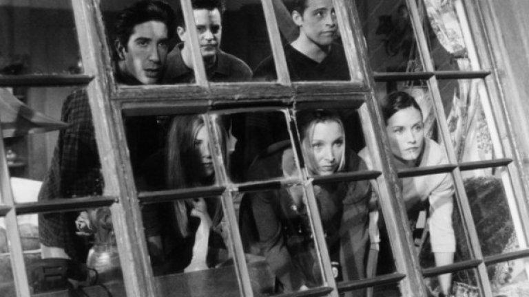 """25. Едва ли повече ще видим приятелите на екрана  """"Приятели"""" остава феноменален хит до последния си сезон. Последната серия е гледана от 52,4 млн. души в САЩ и никой не вярва, че тази огромна популярност ще бъде хвърлена на боклука.  Още на следващата година стартира сериалът """"Джоуи"""", който проследява живота на Джоуи Трибияни след края на """"Приятели"""". Макар първият сезон да има известен успех, рейтингите се сриват във втория и шоуто е прекратено.  От дълги години вървят слухове, че е възможно приятелите да се събрат отново за кратък минисериал или поне за телевизионен филм. Шестимата водещи актьори неведнъж са заявявали, че биха имали интерес отново да влязат в ролите, които са ги направили звезди.  Това обаче е нещо, което Марта Кауфман и Дейвид Крейн упорито отказват да направят с различни оправдания.  В скорошно свое интервю Лиса Кудроу явно слага точка на всички надежди, че приятелите отново ще се появят на екрана. """"Сериозно, кой иска да гледа шоу за шестима наближаващи 50-те, говорещи си за менопауза, критическа възраст и децата им тийнейджъри? Не мисля, че това ще е в духа на """"Приятели"""" ."""