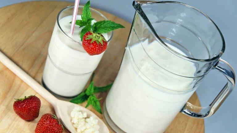 """Кисело мляко  Традиционното киселото мляко е пробиотик, който съдържа големи количества """"добри"""" бактерии и дрожди,  полезни и необходими за храносмилателната система. Освен това намалява досадните неразположения като подуването на стомаха. Много преди в Щатите да се досетят, че той е суперхрана, в България го приемаме както прецедено, така и под формата на разредена напитка, айран."""