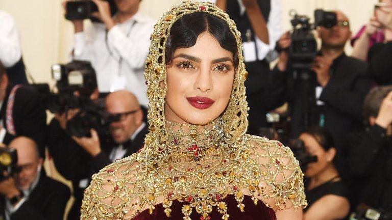 А идват и популярните обожатели  Не е учудващо, че екзотичният вид на Приянка започва да привлича обожатели, някои от които са сред най-популярните имена на Холивуд. През 2009 г. актьорът Джерард Бътлър, по който въздишат не една и две дами, дори прави предложение за брак на Чопра. Той пътува до Индия, само и само да присъства на парти, организирано от Приянка, и там се опитва да я направи своя съпруга. Неуспешно…