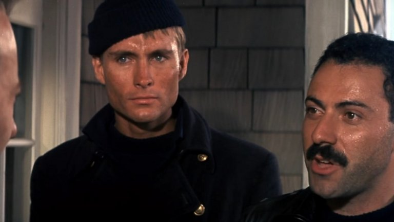 """""""Руснаците идват, руснаците идват"""" (The Russians are Coming, The Russians are coming, 1966 г.)  Отново отскачаме до 60-те и отново е замесена подводница. Филмът разказва за съветската подводница """"Спрут"""", която заради лоша преценка на капитана си се оказва заклещена на американски бряг. Вместо да съобщи по радиото за инцидента и да създаде още по-голям хаос, капитанът праща част от екипажа на американска почва, за да намерят те начин да бъде измъкната подводницата. Филмът показва и забавната страна на един подобен инцидент, във времена, в които може би страхът от Трета световна война не е бил така голям. """"Руснаците идват..."""" получава и два златни глобуса - за най-добър филм (комедия или мюзикъл) и за най-добър актьор - на Алън Аркин в ролята руския лейтанант Юри Рожанов."""
