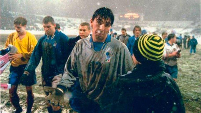 """Дебютът на Джанлуиджи Буфон за националния отбор на Италия. На 29 октомври 1997 г., в доста неприятни атмосферни условия, """"адзурите"""" направиха 1:1 като гости на Русия в плейоф за класиране на Мондиал 1998. С общ резултат от 2:1 спечелиха визи за Франция."""