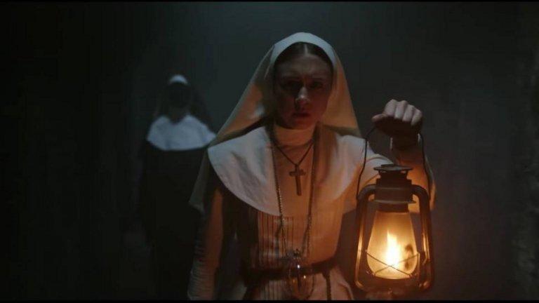 """""""Монахинята"""" / The Nun - 7 септември Когато става въпрос за ужаси, """"Заклинанието"""" (The Conjuring) определено си заслужава вниманието, а """"Монахинята"""" е следващата стъпка от тази определено плашеща история. Млада монахиня се самоубива в затънтен румънски манастир. Ватиканът изпраща един от опитните си свещеници екзорсисти да разследва Заедно със своята послушница, двамата разкриват сатанински тайни, които стоят зад смъртта на монахинята. Те ще трябва да рискуват живота си и безсмъртните си души, за да се сблъскат със зловеща сила в лицето на една прокълната сестра."""