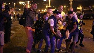 Силите за борба с безредиците стрелят с гумешни куршуми по протестиращите