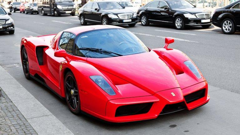 Ferrari EnzoВ началото на новото столетие компанията решава да почете своя създател с ето този модел. Enzo е една от първите суперколи на XXI век, а в нея са вложени технологии, достойни за Формула 1. Може да се похвали със 660 конски сили и максимална скорост от 350 км/ч. Произведени са общо 500 бройки от тази серия.