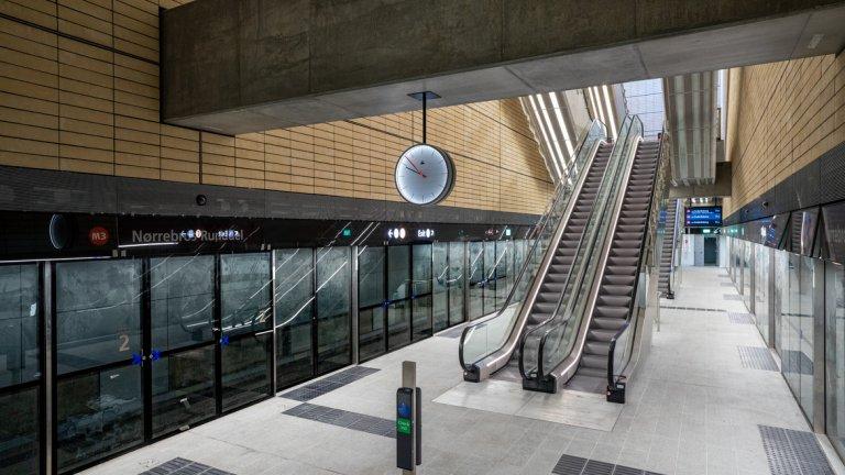 Стъклото и светлината са ключови дизайнерски елементи за станциите и са проектирани така, че да се интегрира обкръжаващата ги среда.